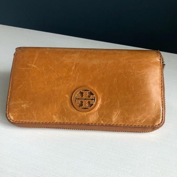 Tory Burch Handbags - Tory Burch Tan Leather Zippered Wallet